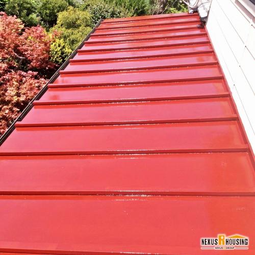 プライマー塗布の後のトタン屋根