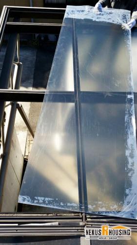 撤去したパネル部分に、新しいパネルをもってきている様子。