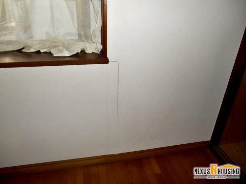 リフォーム前の室内・敗れた壁紙クロス