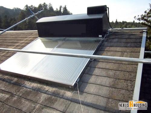 現在の屋根 太陽熱温水器が載っている
