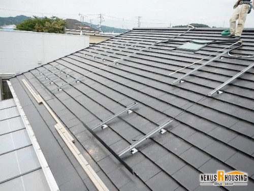 屋根にアンカーを設置する