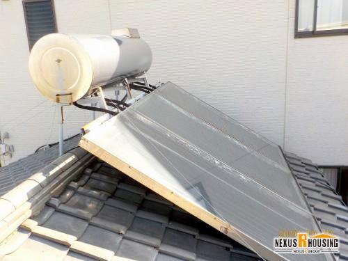 屋根の上に載っている太陽熱温水器