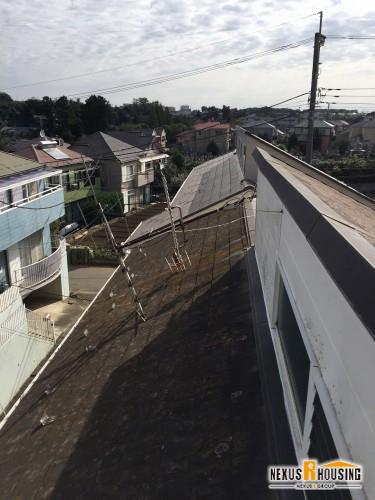 屋根の中間にある