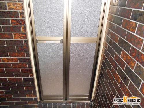 浴室側から見た新しい浴室ドア(下部)