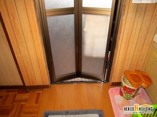 脱衣所側から見た新しい浴室ドア(下部)