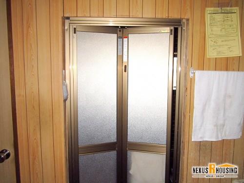 脱衣所側から見た新しい浴室ドア(上部)