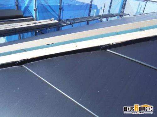 桟木にガルバリウム鋼板を取り付ける