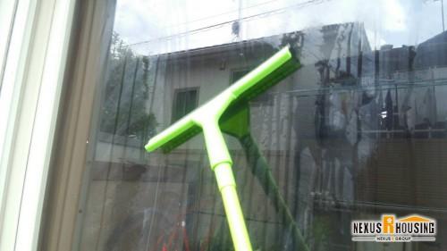 窓を洗浄しているワイパー
