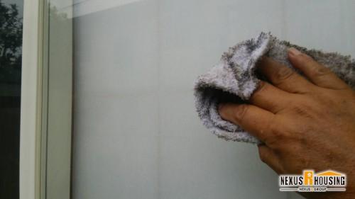 雑巾で窓を空拭き