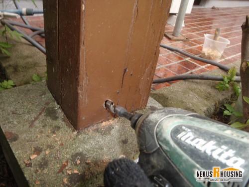 ドリルで柱に穴をあける